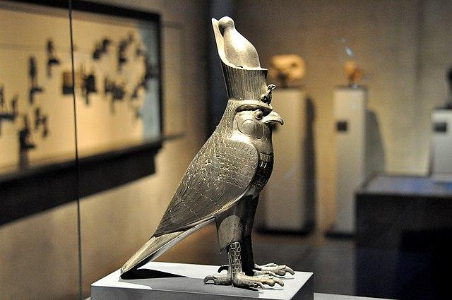 Hórus descrito como um falcão.
